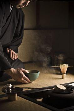 TEa ceremony in a tea house in Japon Wabi Sabi, Pasta Formen, Japanese Tea Ceremony, Tea Ceremony Japan, Art Asiatique, Go To Japan, Tea Japan, Tea Culture, Turning Japanese