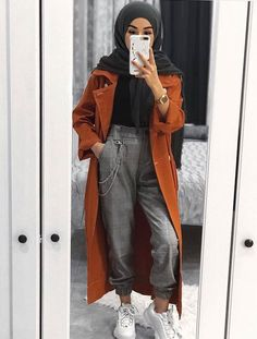 As temps get to drop down little by little fall layering pieces are going to be taking over your seasonal wardrobe. Fall is all about smart layering without Street Hijab Fashion, Muslim Fashion, Modest Fashion, Fashion Outfits, Hijab Fashionista, Hijab Chic, Hijab Casual, Relaxed Outfit, Hijab Fashion Inspiration