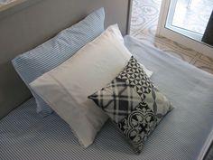 Jazz up a crisp, simple bed with a throw pillow with Portuguese tile motife - Made in Portugal / Introduze um elemento inesperável como esta almofada a lembrar os azulejos portugueses - Feito em Portugal