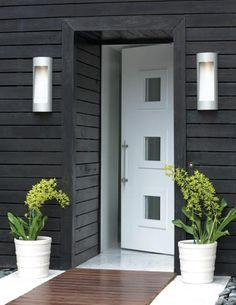 Hinkley Lighting's Luna outdoor wall sconce features a modern design with a decorative washboard reflector, www.hinkleylighting.com