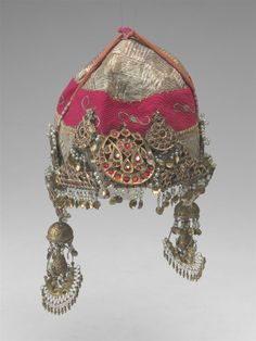 A fabulous Kashmiri hat with many silver and glass ornaments. Mughal Jewelry, India Jewelry, Temple Jewellery, Ethnic Jewelry, Antique Jewelry, Head Jewelry, Royal Jewelry, Rajputi Jewellery, Jewellery Sketches