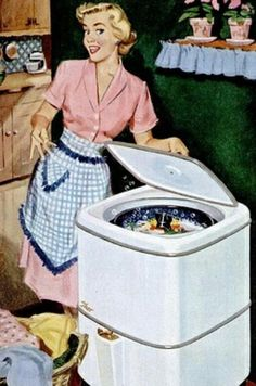Lavadora de los 60. La abuelita la ponía en medio de la cocina, y cuando funcionaba iba moviéndose, hasta llegar a la pared. Si la hubiera dejado en su sitio, probablemente habrían saltado las baldosas... Y al fin y al cabo, la lavadora solamente movía la ropa con el jabón, enjuagarla se tenía que hacer a  mano...
