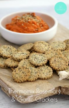 Our Thermomix Rosemary & Garlic Crackers are quick and easy to make. Serve them with one of our classic dips for the perfect snack! Pain Thermomix, Thermomix Bread, Savoury Biscuits, Savoury Baking, Thermomix Recipes Healthy, Cooking Recipes, Mulberry Recipes, Spagetti Recipe, Snacks