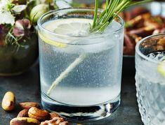 Tom Collins - klassisk opskrift på drink | SPIS BEDRE Tom Collins Drink, Slice Of Lime, Blue Cocktails, Shandy, Limoncello, Bellini, Clean Eating Snacks, Nutella, Gin