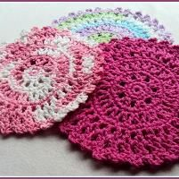Sun Catcher Dish Cloth These dainty, bright, detailed dish cloths work up quickly and beautifully when using both acrylic or cott. Crochet Motifs, Crochet Dishcloths, Thread Crochet, Crochet Yarn, Crochet Patterns, Blanket Crochet, All Free Crochet, Crochet Round, Crochet Home