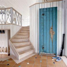 Jasne drewniane panele rozświetlają wnętrze.