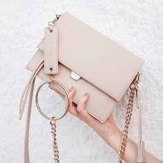 Neutral light pink handbag for spring fashion accessorizing. Purses And Handbags, Leather Handbags, Trendy Purses, Sacs Design, Accesorios Casual, Girls Bags, Shopper, Cute Bags, Casual Bags