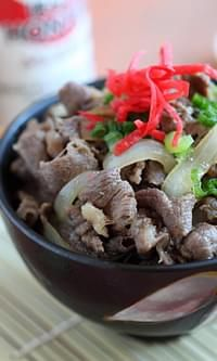 Gyudon (Japanese Beef Bowl) - This easy gyudon recipe takes 15 minutes, putting beef and onion in a savory sweet sauce. Rasa Malaysia, Beef And Rice, Grain Foods, Sweet Sauce, Rice Grain, Rice Bowls, Japchae, Beef Recipes