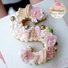 Alphabet Cake TutorialsThe Alphabet cakes are the recent trend in cake decoratin. Alphabet K Cupcakes, Cake Cookies, Cupcake Cakes, Cake Bars, Fancy Cakes, Mini Cakes, Bolo Nacked, Alphabet Cake, Cake Lettering