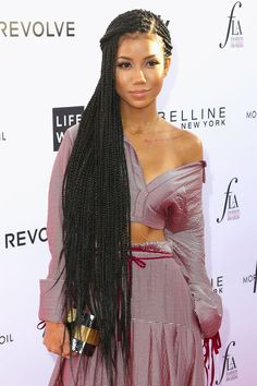 All styles of box braids to sublimate her hair afro On long box braids, everything is allowed! For fans of all kinds of buns, Afro braids in XXL bun bun work as well as the low glamorous bun Zoe Kravitz. Cute Braided Hairstyles, Braided Hairstyles For Black Women, Try On Hairstyles, My Hairstyle, Hairstyles Pictures, Small Box Braids Hairstyles, Hairstyles Videos, Shag Hairstyles, Black Hairstyles
