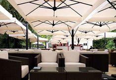 Parasol géant de terrasse Alu Poker Scolaro quatre parasols 6x6m 7x7m Outdoor Cafe, Outdoor Pergola, Outdoor Seating, Terrasse Design, Patio Design, Cafe Restaurant, Restaurant Design, Grand Parasol, Decoration Restaurant