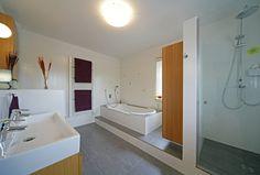 Fertighaus - Wohnidee Badezimmer #Haus #Fertighaus #modern #Badezimmer #Badewanne #Dusche #hell #Licht #Holz