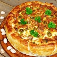 Hartige Griekse taart met verse spinazie, feta, olijven en p   Smulweb.nl
