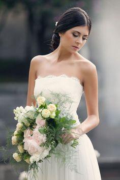 Bouquet Flormidable http://www.couturehayez.com/blog/couture-hayez-sposa-la-leggerezza-a-villa-muggia-stresa/ Ph Erika Di Vito… couture-hayez-abiti-pizzo-tulle-leggerezza-sposa-2016-villa-muggia-matrimonio-foto-erika-di-vito-bouquet-cascata--leggero-colori-pastello
