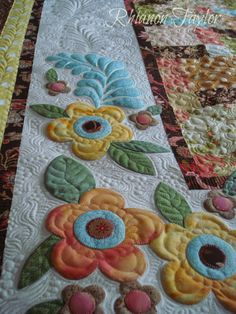 gorgeous quilting and appliqued work ~The Nifty Stitcher: Breakfast at Tiffanys Lap Quilt Quilt Festival, Quilt Binding, Quilt Stitching, Hand Applique, Applique Quilts, Machine Applique, Flower Applique, Machine Quilting Patterns, Quilt Patterns