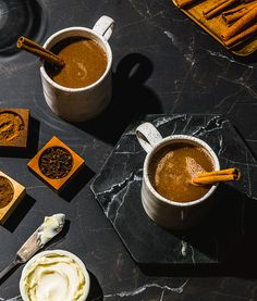 Mocktail épicé au beurre | Recettes d'ici Rum Extract, Recipe Master, Spiced Rum, Secret Recipe, Special Recipes, Cooking Time, Cinnamon Sticks, Chocolate Fondue, Drinks