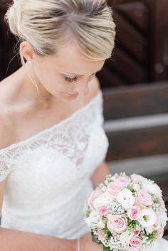 Als wir die Fotos der Hochzeit von Julia und Thomas gesehen haben, ist uns sofort aufgefallen dass sie ein Faible zu der Marke Mercedes haben.