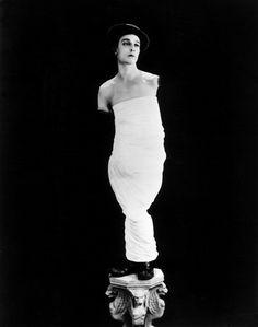 """Keaton """"interpreta"""" la Venere di Milo. Foto pubblicitaria, 1927"""