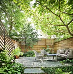 piccoli giardini di villette prato verde finto e mobili