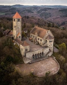Medieval Houses, Medieval Castle, Interesting Buildings, Amazing Buildings, Beautiful Castles, Beautiful Places, Cool Places To Visit, Places To Go, Creepy Houses