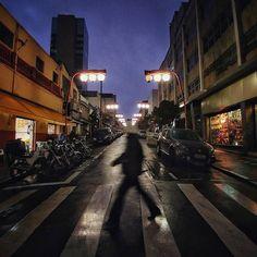"""O céu ajuda aqueles que se ajudam."" Provérbio japonês #babiloniazeroonze #liberdade #bairrodaliberdade #saopaulo #sãopaulo #sp #fotografiadecelular #achadosdasemana #igerssaopaulo #igersbrasil #saopaulowalk by aurch"