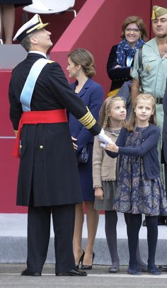 Pin for Later: The Best Photos of the Spanish Royal Family in 2015  Princess Leonor holds on to King Felipe VI.