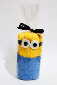 Minion de Toalha  1 Toalha de Mão Amarela 1 Toalha de Mão Azul  *O ÓCULOS É FEITO EM FELTRO  NÃO É COLADO NA TOALHA!!! R$ 7,90 Minion Theme, Minion Birthday, Minion Party, Diy Birthday, Ras Kids, Cute Crafts, Crafts For Kids, Towel Origami, Towel Animals