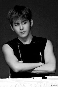 Hoya - Infinite  he just love to make this sort of eyebrows,did'nt he?