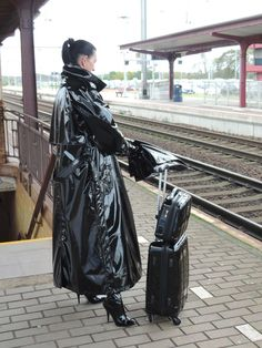 Raincoats For Women Shops Vinyl Raincoat, Plastic Raincoat, Imper Pvc, Rain Bonnet, Latex Costumes, Rubber Raincoats, Heavy Rubber, Pvc Coat, Outfit