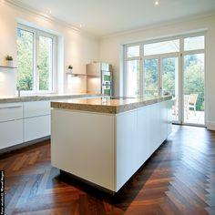 Ich bin in der Küche! Das hört man immer öfters. Schließlich ist die Küche der Raum, wo man sich gerne trifft und zusammenkommt - mit der Familie, mit Freunden. #siggst #TischlereiSigg #MöbelNachMass #TischlereiAusHörbranz #MitLeidenschaft #AusTradition #InMaßarbeit #Küche #Weiß #Stein #Modern Kitchen Island, Fries, Modern, Home Decor, Wood Windows, Made To Measure Furniture, Carpentry, Stone, Homes