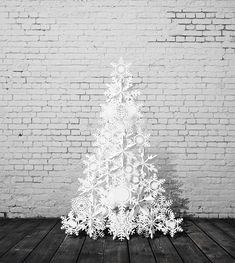 Sapin blanc papier découpé diy noel Unique Christmas Trees, Alternative Christmas Tree, Christmas Mesh Wreaths, Christmas Love, Christmas Themes, Christmas Tree Decorations, Christmas Holidays, Christmas Crafts, Diy Christmas Yard Displays