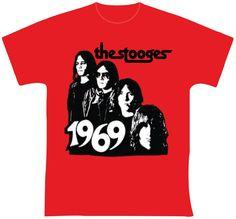 """The Stooges - 1969 R$ 35,00 + frete Todas as cores Personalizamos e estampamos a sua ideia: imagem, frase ou logo preferido. Arte final. Telas sob encomenda. Estampas de/em camisas masculinas e femininas (e outros materiais). Fornecemos as camisas ou estampamos a sua própria. Envie a sua ideia ou escolha uma das """"nossas"""".... Blog: http://knupsilk.blogspot.com.br/ Pagina facebook: https://www.facebook.com/pages/KnupSilk-EstampariaSerigrafia/827832813899935?pnref=lhc https://twitter.c"""