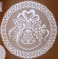 "Da revista ""Croché arte e tradição"" nº 96, uma almofada:        manela Filet Crochet, Crochet Doily Diagram, Crochet Amigurumi, Thread Crochet, Crochet Doilies, Crochet Patterns, Crochet Winter, Holiday Crochet, Crochet Gifts"