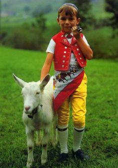 Schweizer Bub in gelben Lederhosen auf der Alm ----  Cute kid from #Switzerland in yellow lederhosen