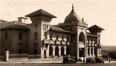"""ANKARA PALAS -1927 ANKARA, Mimar: Kemalettin Bey / I.Ulusal Mimarlık Akımı. Genel görünüşüyle dikdörtgen biçiminde olan yapı bodrum dahil üç katlıdır. Bina betonarme-karkas sistemle inşa edilmiş olup, ana giriş aksına göre simetrik olarak planlanmıştır. 1975 yılına kadar otel olarak işletilmiş, 1976-1982 yılları arasında Sanayi ve Teknoloji Bakanlığı'nın kullanımına verilmiştir. 1982 yılında Dışişleri Bakanlığı tarafından restore edilerek """"Ankara Palas Devlet Konukevi"""" olarak hizmete…"""