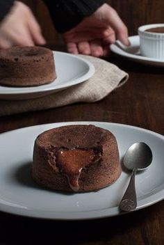 Receta imprescindible: Cómo hacer coulant de chocolate en casa de forma fácil y sencilla. Apunta esta ЛАВА КЕЙК receta porque se convertirá desde hoy en un básico en tu recetario. ¡Ven a verlo! Brownie Recipes, Cake Recipes, Dessert Recipes, Sweet Desserts, Sweet Recipes, Mini Cakes, Cupcake Cakes, Lava Cakes, Cake Shop