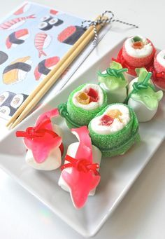 Geschenk Beste Freundin – mamas kram: Süsses Sushi mamas kram: Süsses Sushi Source by Dessert Sushi, Sushi Cake, Sushi Party, Snacks Für Party, Sushi Diy, Swedish Fish Candy, Candy Sushi, Marshmallow Treats, Best Party Food
