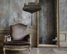 IARDA BITI l lampadario è una grande fusione in bronzo di un pizzo a motivi floreali a rose di grandi dimensioni, con bordo smerlati. La forma dell'oggetto è concava come i tipici lampadari anni 40. Le corde che sostengono il lampadario sono in filo di bronzo.  Dimensioni: Ø 76 cm