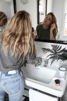 The Plan To Tame Frizzy Hair For Good For when your hair becomes a fluffy, puffy mess within half an hour of leaving the house. Looks Street Style, Looks Style, Ropa Brandy Melville, Style Feminin, Foto Casual, Look Girl, Frizzy Hair, Mode Inspiration, Hair Inspo