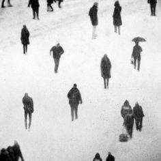 Hideyuki Ishibashi a développé une approche atypique de la photographie. Depuis son arrivée en France il y a quatre ans, il travaille en utilisant des photographies trouvées sur les marchés d'antiquités, des cartes postales, des captures d'écran de Google Street View, et des images anonymes récupérées en ligne.