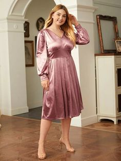 V Neck Dress, Dress P, Fashion Advice, Fashion News, Beautiful Women Over 40, Happy Women, Satin Dresses, Satin Fabric, Ladies Day