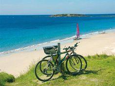 EXOTIQUE. Sable blanc et mer turquoise…Tahiti ? Non, #Névez dans le Finistère. Cet endroit paradisiaque est considéré comme la plus belle plage des environs. Il fait bon s'y promener, surtout au petit matin, pour profiter du calme et du panorama. Agréable en toute saison, prisée des baigneurs en été, la plage de « Tahiti » mérite décidemment bien son nom. Découvrez d'autres spots sur Le littoral breton