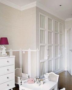 Armario blanco con puertas de cristal y telas con flores - Armario dormitorio blanco ...