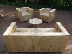 Ensemble de meubles de jardin construite avec des palettes et une bobine en bois 1