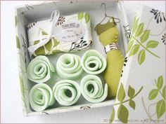 ♥ DESCRIÇÃO:  Linda Caixa em MDF forrada com tecido 100% algodão. Dentro uma surpresa agradável: rosas modeladas à mão...irressistíveis. Acompanha sabonete Floral e sachê de cabide.  ♥ OBSERVAÇÕES: As tonalidades das cores podem variar de acordo com o seu monitor e do monitor para a peça real.  ♥ COMO COMPRAR? 1. Clique no botão 'Comprar este produto' no lado direito de sua tela 2. Confirme seus dados e siga as instruções que aparecerem 3. Assim que recebermos o seu pedido, te…