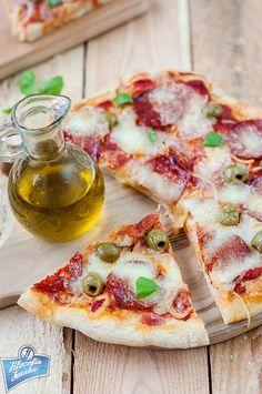 Pizza z salami i oliwkami