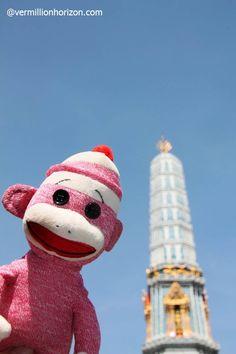 Lil' Squirt checks out Wat Arun, the Temple of Dawn (Bangkok, Thailand)