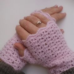 Ekte Lykke: Anna's fingerless mittens (with thumb!) - free crochet pattern in English or Norwegian. Crochet Fingerless Gloves Free Pattern, Fingerless Mitts, Crochet Mittens, Mittens Pattern, Crochet Gloves, Free Crochet, Crochet Pattern, Crochet Cowls, Crochet Ideas