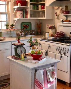 100 Stunning Farmhouse Kitchen Decor Ideas - the Ultimate Guide Cottage Kitchens, Farmhouse Kitchen Decor, Kitchen Dining, Country Kitchens, White Kitchen Cabinets, Kitchen Pantry, Bright Kitchens, Cool Kitchens, Small Kitchens