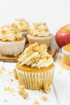 Apple crumble cupcakes with apple filling and crispy crumble .-Apple-Crumble-Cupcakes mit Apfel-Füllung und Knusperstreusel {vegan} Apple crumble cupcakes with apple filling and crispy sprinkles {vegan} interesting frosting - Apple Desserts, Fall Desserts, Apple Recipes, Vegan Desserts, Sweet Recipes, Vegan Sweets, Vegan Cheesecake, Cheesecake Recipes, Cupcake Recipes